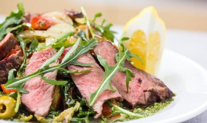 Продукты для приготовления быстрый теплый салат с жареной говядиной готов!