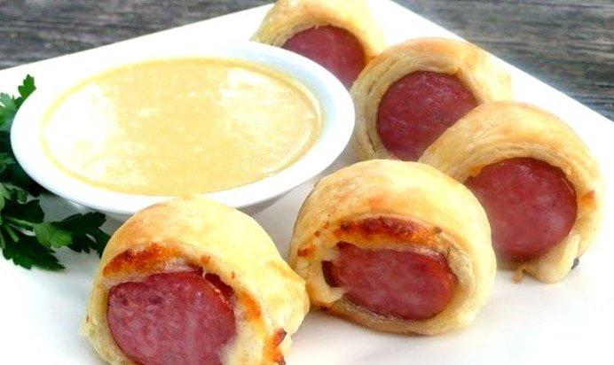 Сосиски с сыром в слоеном бездрожжевом тесте рецепт
