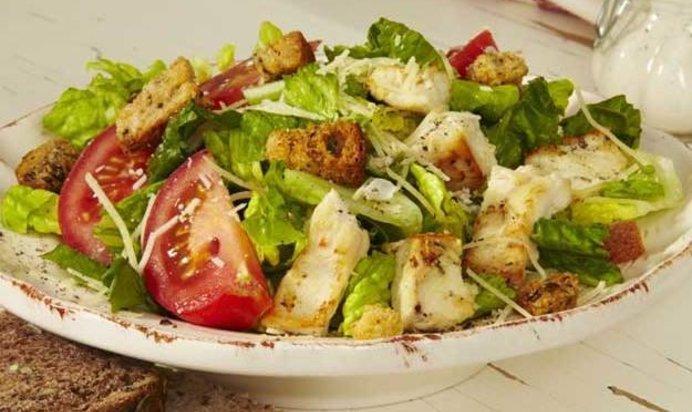 Салат с курином филе сухариками и овощами