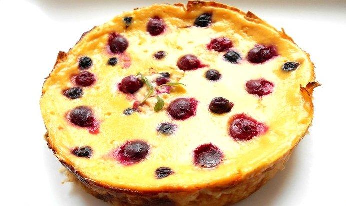 Заливной пирог с творогом и ягодами