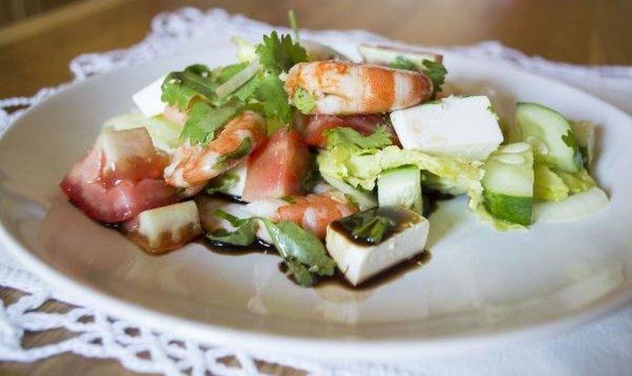 Легкий салат с креветками с фото
