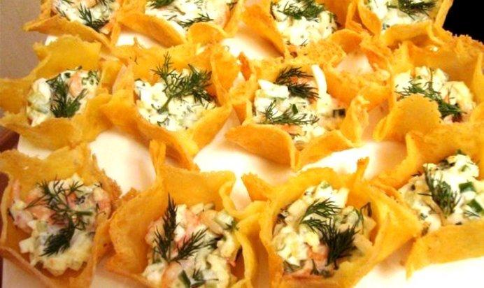 Сырные тарталетки с салатом из креветок