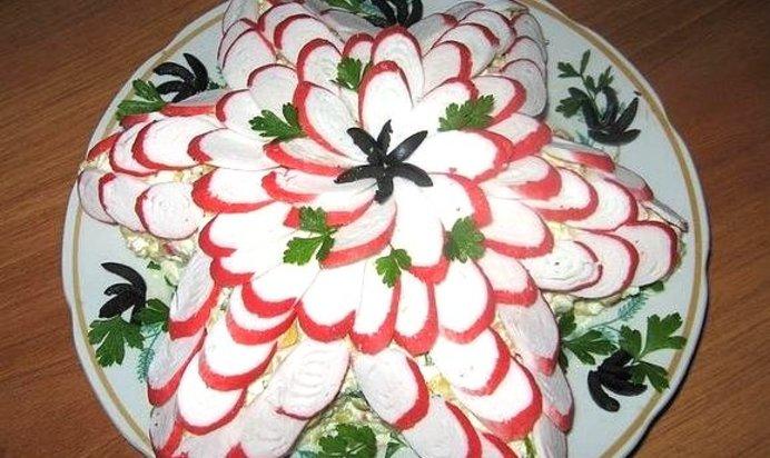 Украшение салата из крабовых палочек