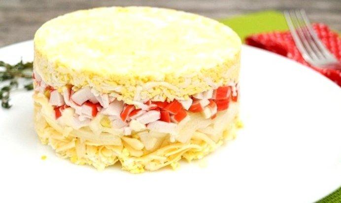 Слоеный салат из крабовых палочек рецепт