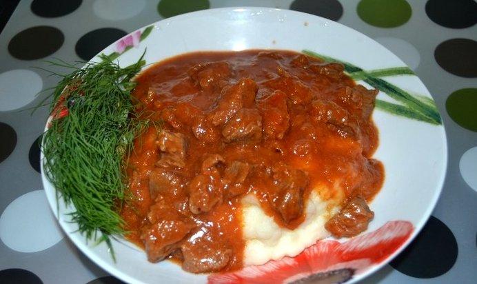 Гуляш из говядины с подливкой готовят с паприкой, томатами, а для многих привычен вариант со сметаной.