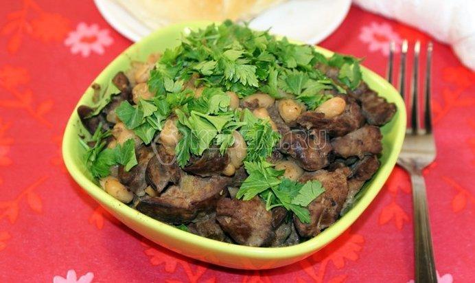 Салат с красной фасолью и куриной печенью