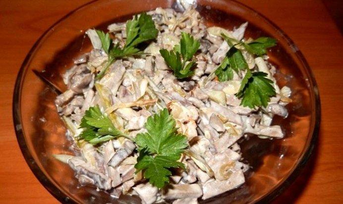 Салат с печенью с грибами огурцами