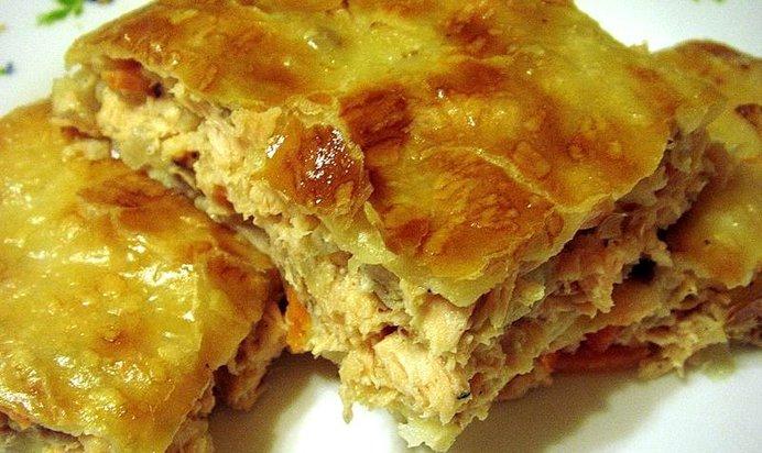 Приготовить пирог с курицей из слоеного теста