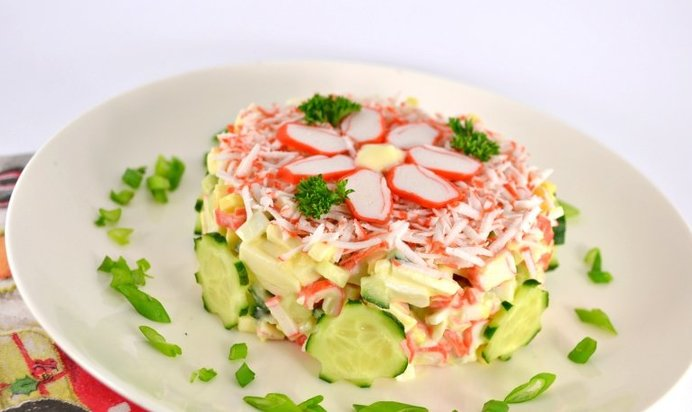 Салат из крабовых с сыром и яйцом