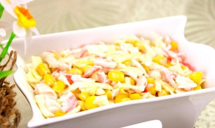 Салат из капусты и крабовых палочек и кукурузы с