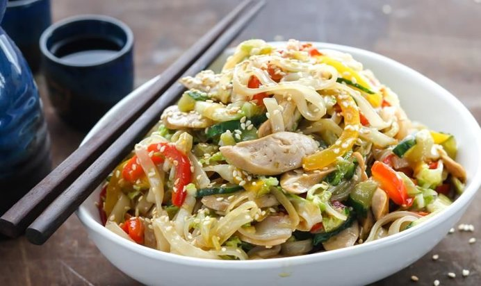 Приготовить рисовую лапшу с курицей и овощами