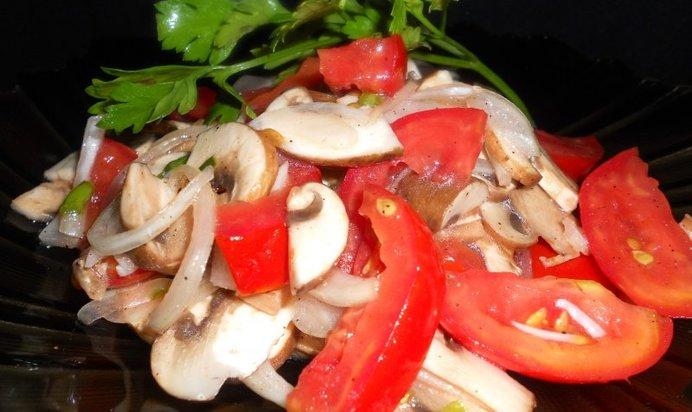 Какой салат приготовить из шампиньонов свежих