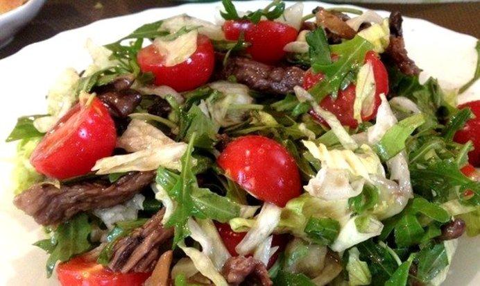 Салат с рукколой помидорами и мясом
