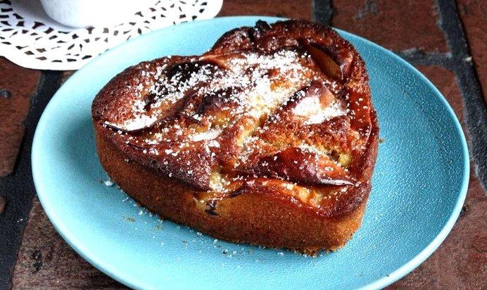 Шарлотка с яблоками на кефире рецепт пошагово в духовке без миксера 3