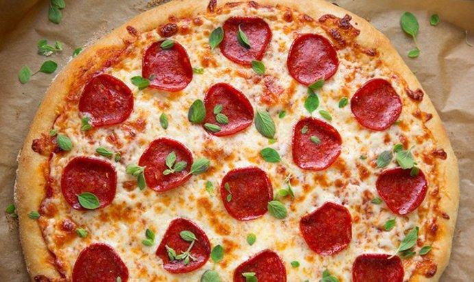 Рецепт пиццы с колбасой без дрожжей и без сыра