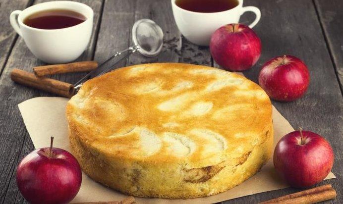 Простой рецепт яблочной шарлотки с фото