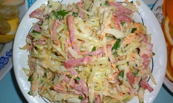 Салат из свежей капусты и колбасы рецепт очень вкусный