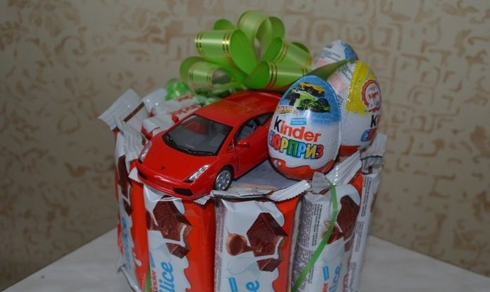 Подарок из конфет мальчику на день рождения