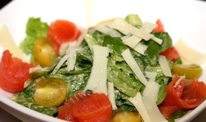Салат цезарь с красной рыбой и креветками рецепт