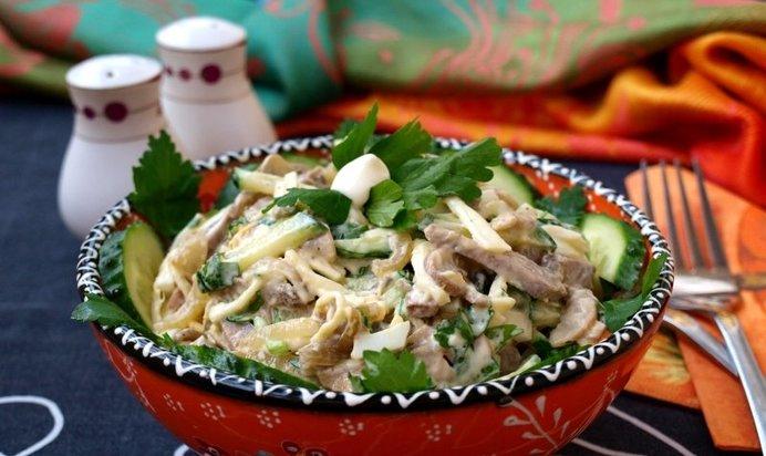 Салат с языком и свежим огурцом и кукурузой