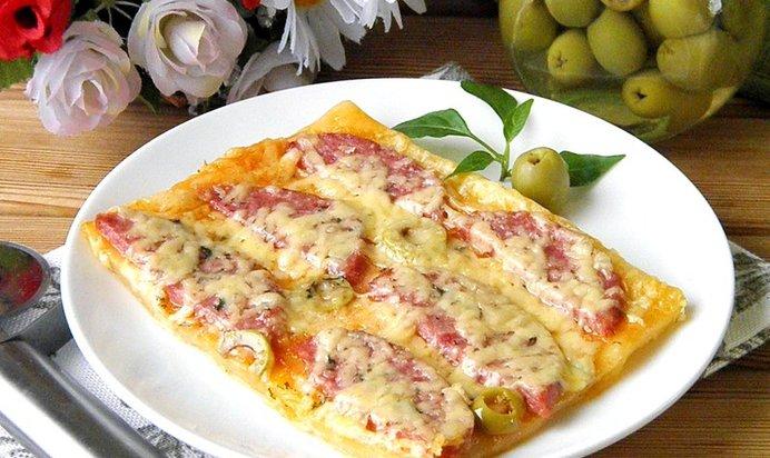 Пицца из слоеного теста пошаговый рецепт