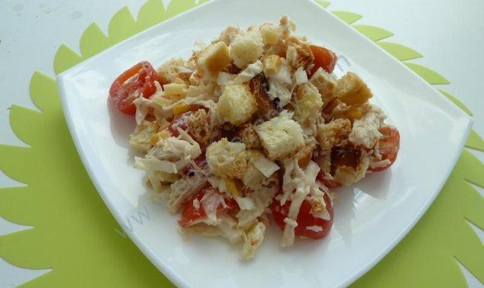 Салат из томатов с сухариками