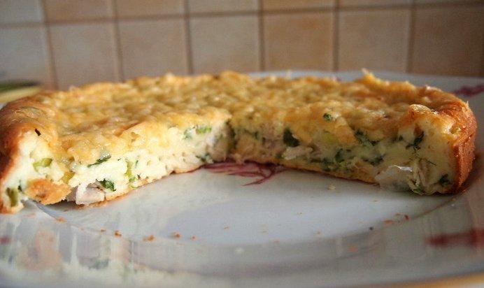 вызревший пирог с сыром и зеленым луком фото песка камней также
