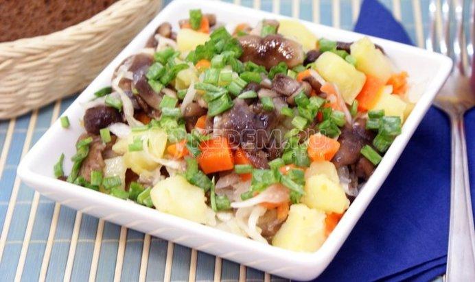 Салат с маринованными опятами рецепт пошагово