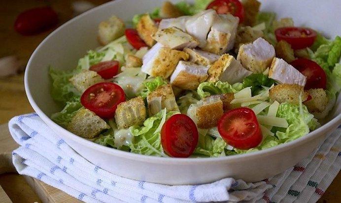 Как приготовить салат цезарь дома